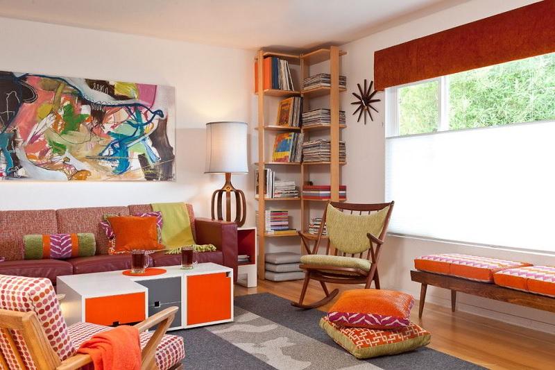 Mâu thiết kế phòng khách VIntage với kệ gỗ sát tường tiết kiệm không gian