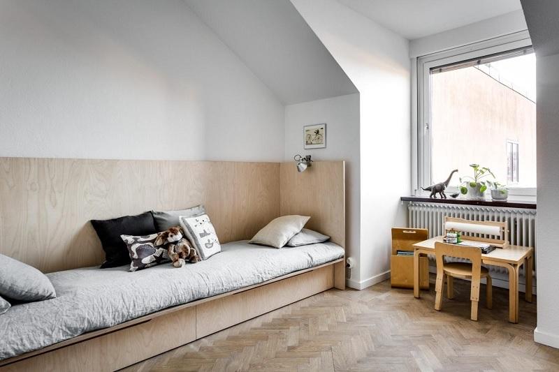 Phòng ngủ với giường gỗ ván ép trẻ trung, năng động