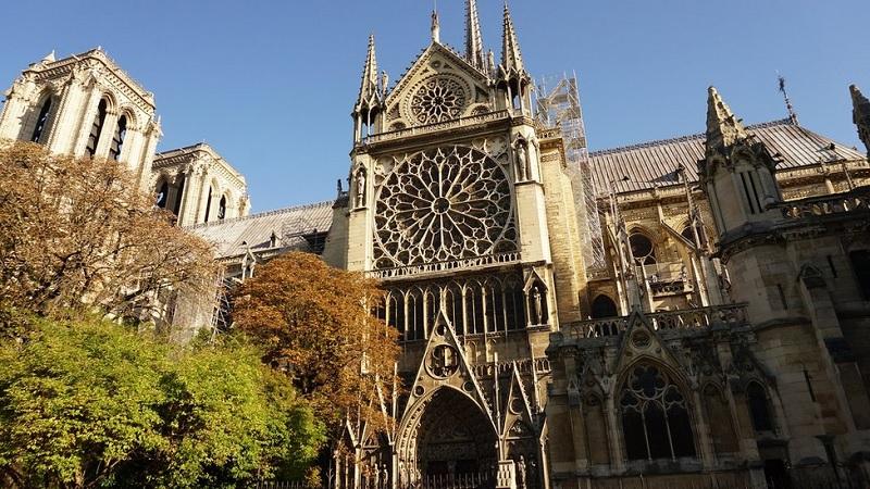 Nhà thờ Saint-Étienne ở Sens là nhà thờ theo lối kiến trúc Gothic đầu tiên (Bắt đầu xây dựng vào năm 1135, được công nhận vào năm 1163)