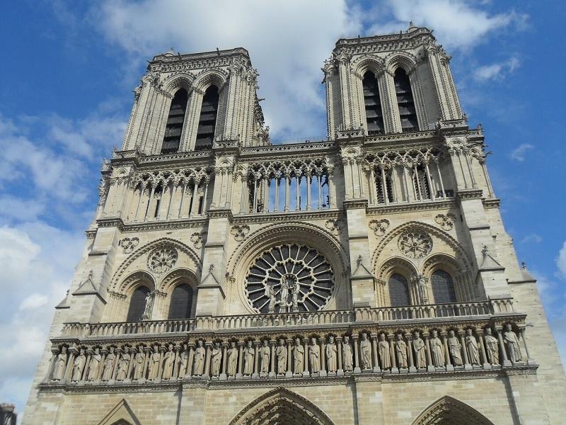 Nhà thờ Notre-Dame ở Morienval là công trình kiến trúc nhà thờ Gothic đã xóa bỏ hoàn toàn lối kiến trúc Roman.