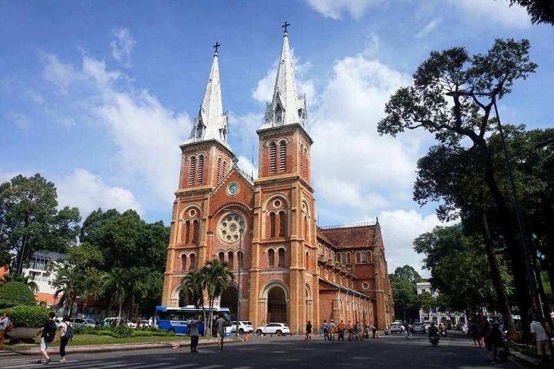 Nhà thờ Đức Bà tại thành phố nhộn nhịp Hồ Chí Minh