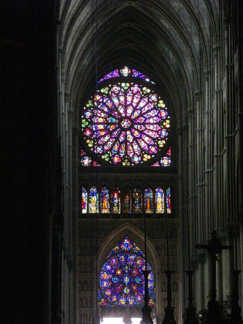Nhà thờ kiến trúc Roman thường sử dụng ít cửa sổ hơn nhà thờ Gothic.