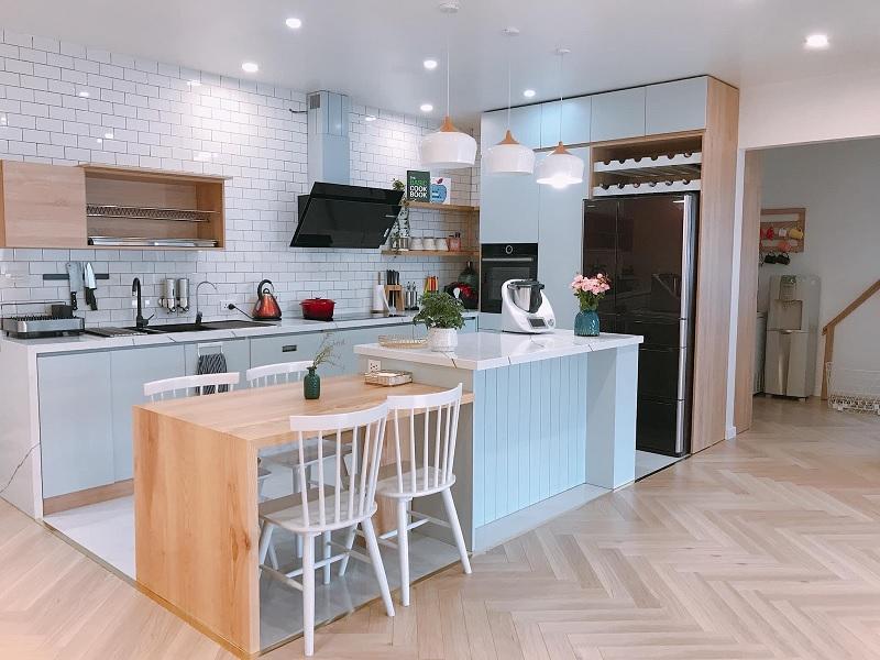 Ý tưởng 12: Mẫu thiết kế phòng bếp rực rỡ tạo cảm giác rộng rãi