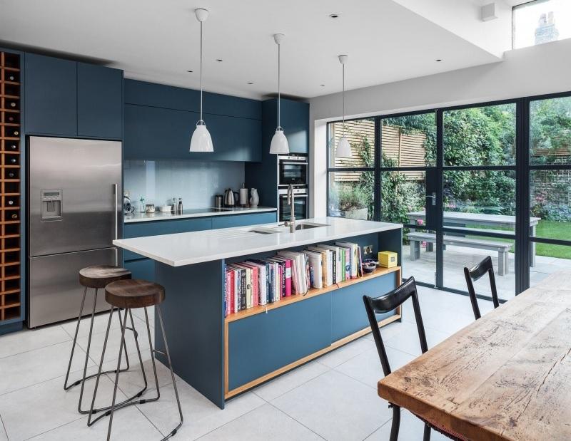 Mẫu thiết kế phòng bếp đẹp và hiện đại với bức tường xanh quyến rũ