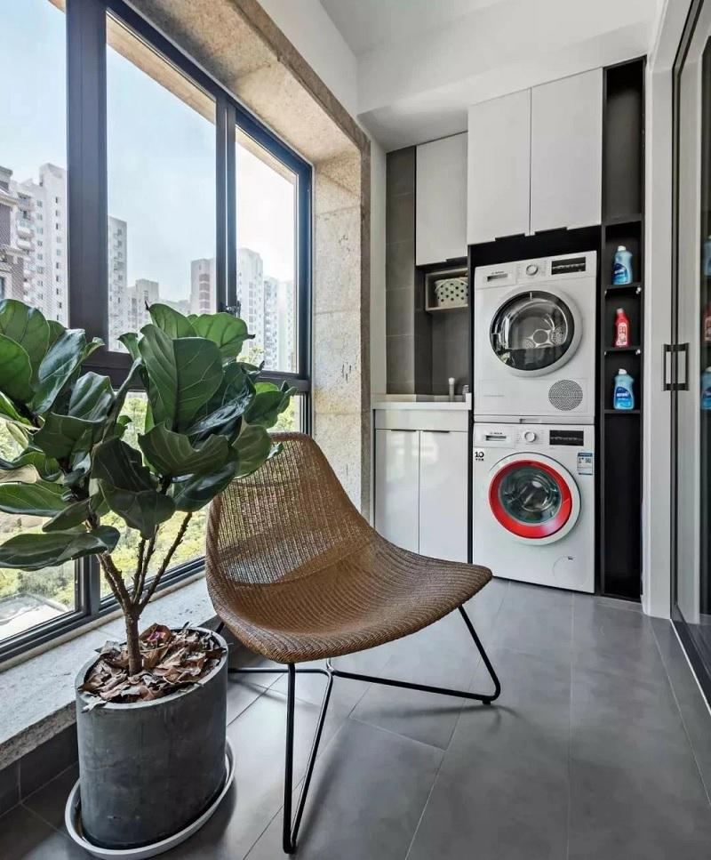 Khu vực ban công kết hợp phòng giặt sẽ trở nên cuốn hút hơn với một vài mẫu cây cảnh.