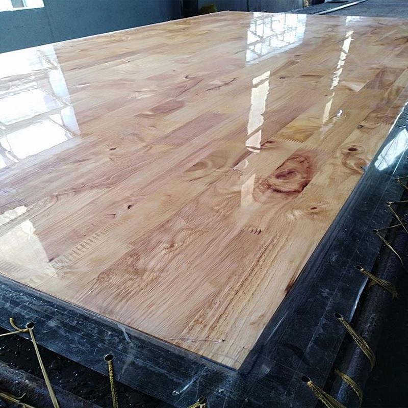 Để củng cố thêm vẻ đẹp màu sắc của gỗ, thì thông thường sản phẩm nội thất từ gỗ cây cao su được phủ lên một lớp UV và 2K.