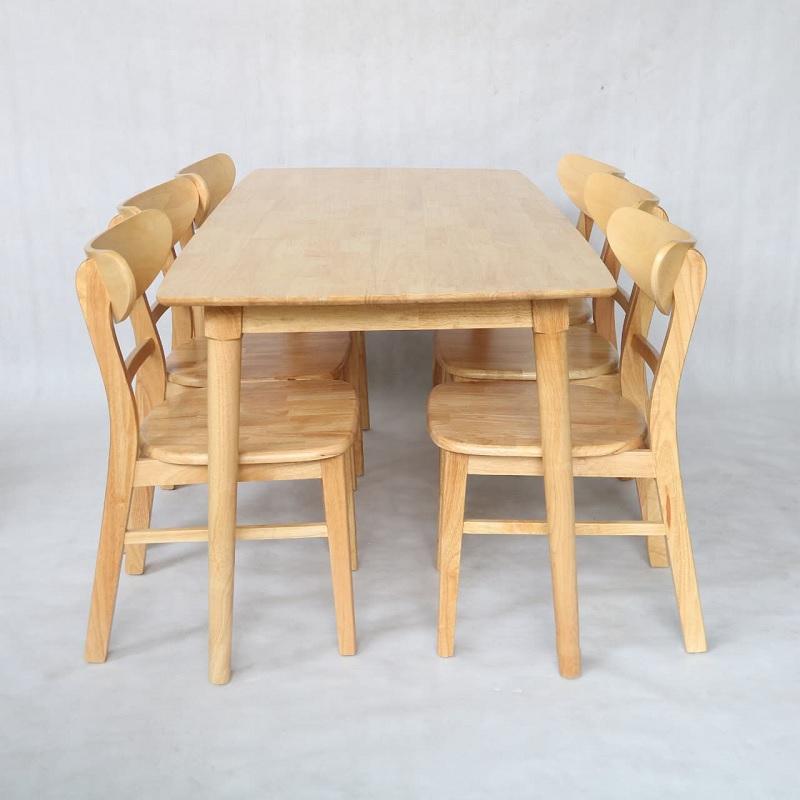 Bàn ăn được làm từ gỗ của cây cao su mang đến cho không gian sự nhẹ nhàng, đơn giản