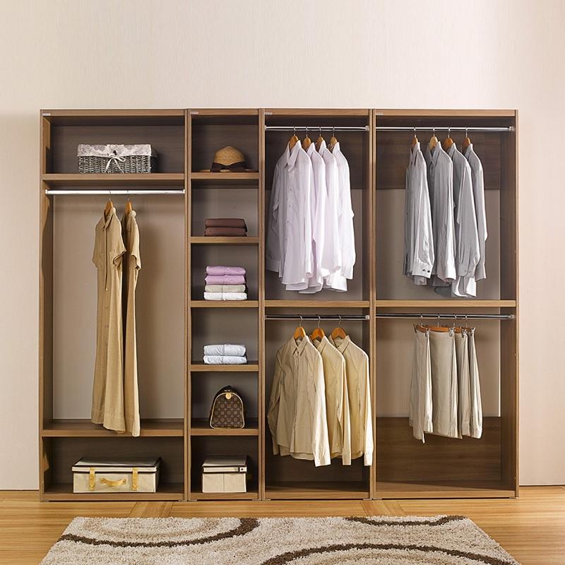 Tủ quần áo phong cách mở bằng gỗ ghép sẽ mang lại cảm giác rộng rãi, thông thoáng cho căn phòng