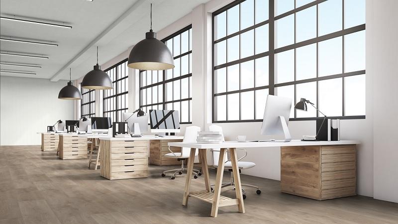 Bàn ghế gỗ văn phòng thiết kế với phong cách mở phù hợp cho ngành thiết kế thời trang