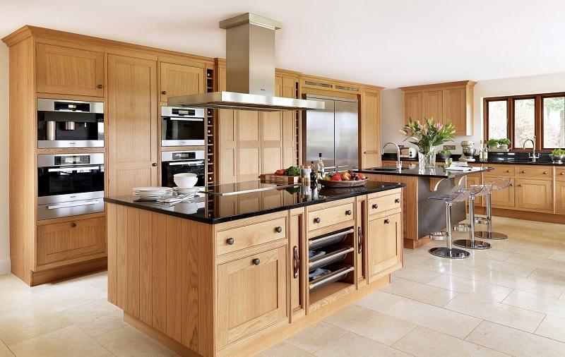 Tủ bếp từ gỗ ghép tạo nên cảm giác mộc mạc, gần gũi cho cả gia đình