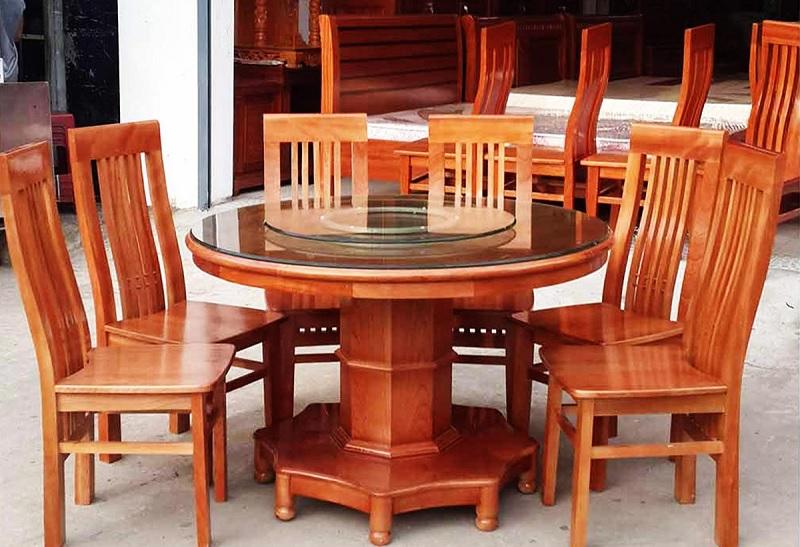 Mẫu bàn ăn gỗ xoan sang trọng, thẩm mỹ. Kiểu dáng bàn trong sẽ càng giúp không gian trở nên ấm cúng và quây quần bên nhau hơn nhiều