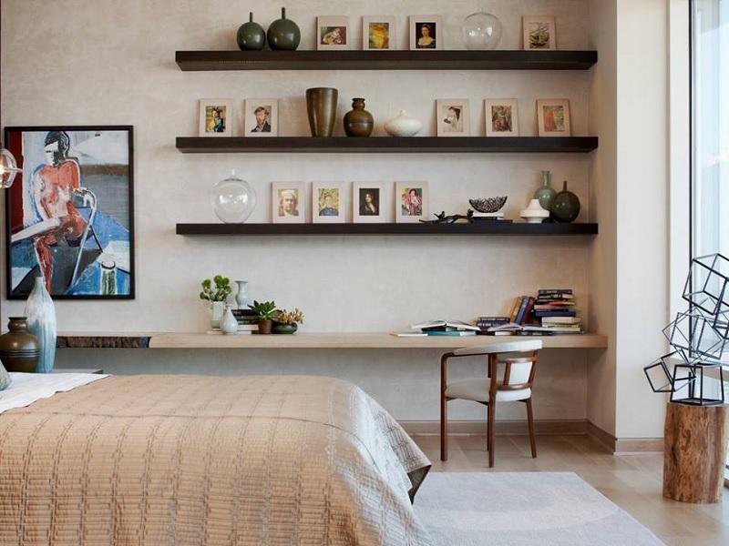 Kệ sách treo tường dáng thanh gỗ thẳng phù hợp với không gian tối giản