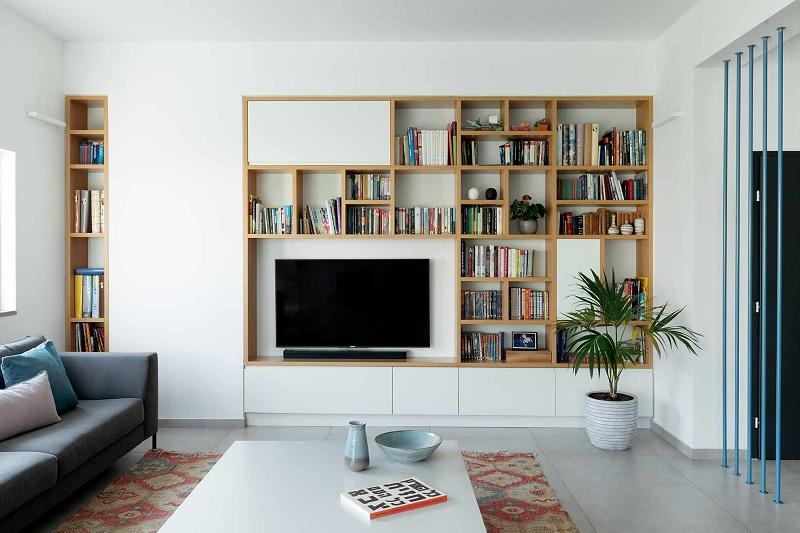 Mẫu phòng khách chung cư với tủ sách âm tường