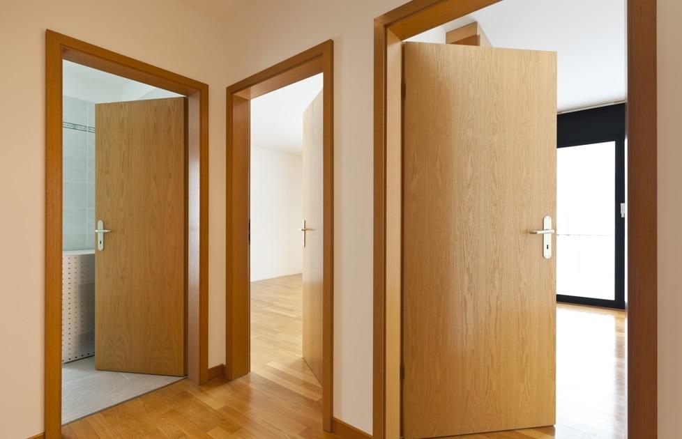 Cửa gỗ được làm từ veneer vô cùng chắc chắn, chống cong vênh
