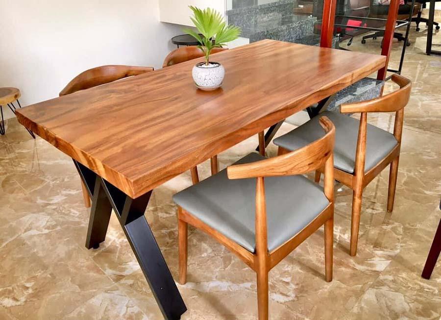 Bàn ghế gỗ được gia công sản xuất bằng cây xà cừ chất lượng cao