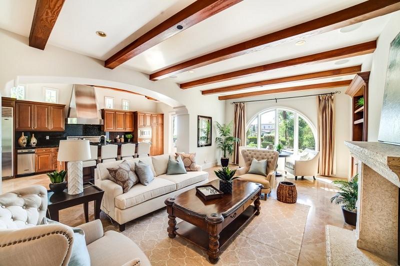 Sàn nhà trong phong cách Địa Trung hải thường được lát bằng gỗ hoặc gạch men.