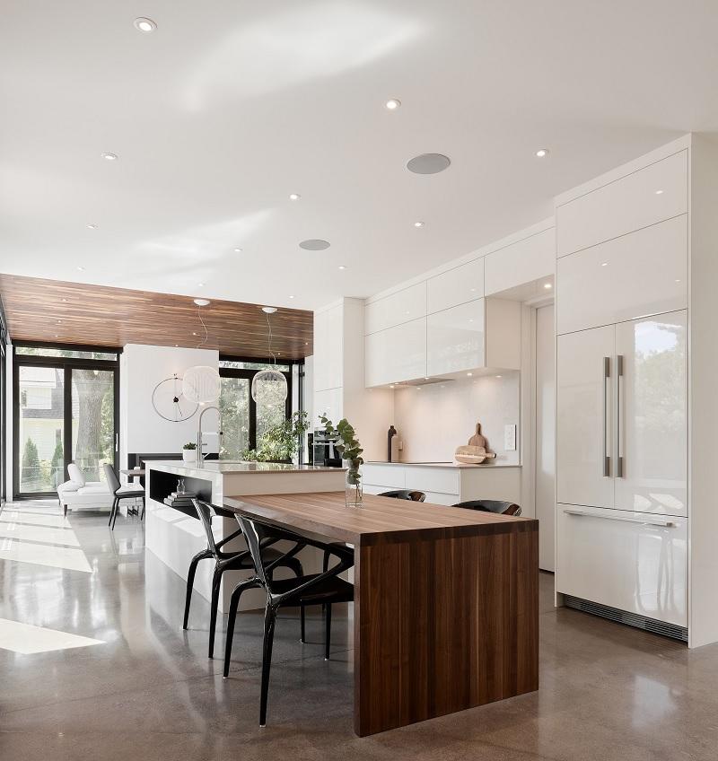 Căn bếp màu trắng này mang lại cảm giác hiện đại hoàn toàn nhờ tủ kiểu dáng đẹp